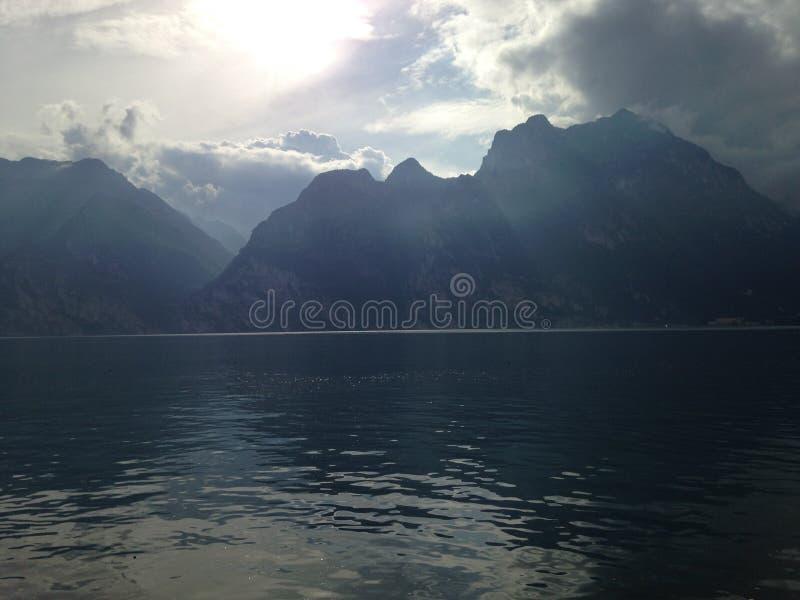 Garda sjö bergen fotografering för bildbyråer
