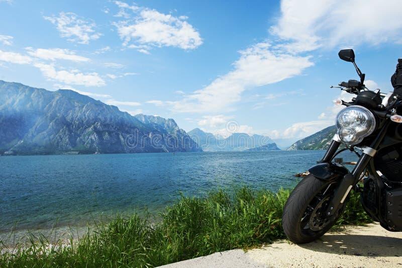 Garda sjö i Italien. Cykel på kust royaltyfri fotografi