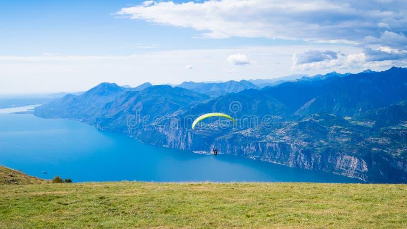 Garda sjö med paraglideren arkivbild
