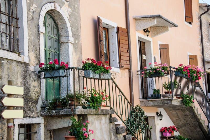 Garda, vieja parte de la ciudad, detalle de la fachada, lago Garda, Véneto, Ital imagen de archivo