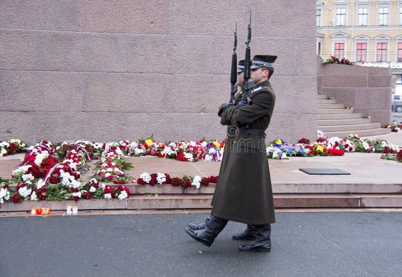 Garde d'honneur à un monument à la liberté Lettonie Riga image libre de droits