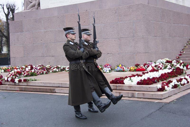 Garde d'honneur à un monument à la liberté Lettonie Riga images libres de droits