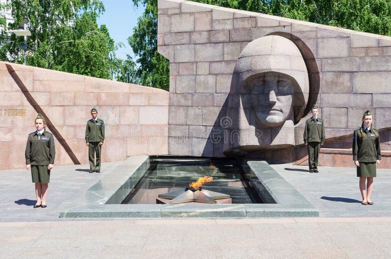 Garde d'honneur au feu éternel ` S'affligeant de la mère-mère patrie de ` de monument photographie stock