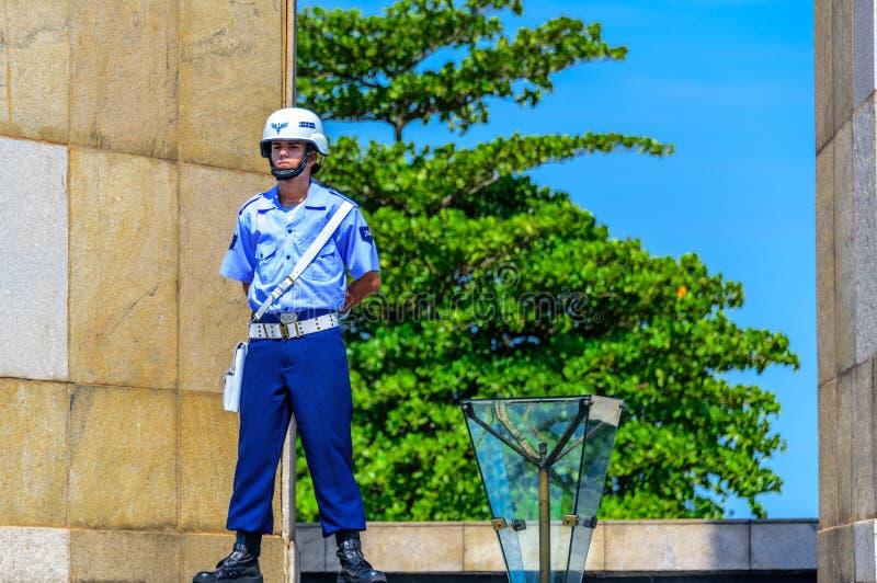 Garde d'honneur de l'Armée de l'Air brésilienne gardant la flamme éternelle au monument national aux morts dans la deuxième guerr photographie stock libre de droits