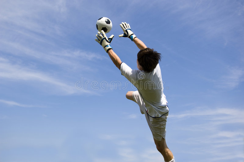 Garde de but du football du football effectuant sauf images stock