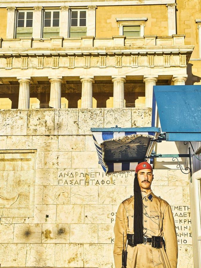 Garde de position d'Evzone devant le Parlement grec Syntagme Squ photos stock
