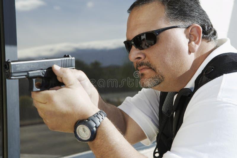 Garde de sécurité Aiming With Gun image libre de droits