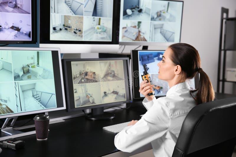 Garde de sécurité surveillant les caméras modernes de télévision en circuit fermé dans la chambre de surveillance photos stock