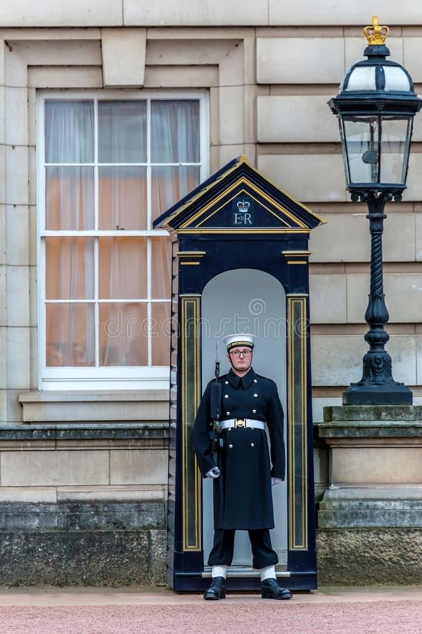 Garde du ` s de reine au Buckingham Palace photos libres de droits
