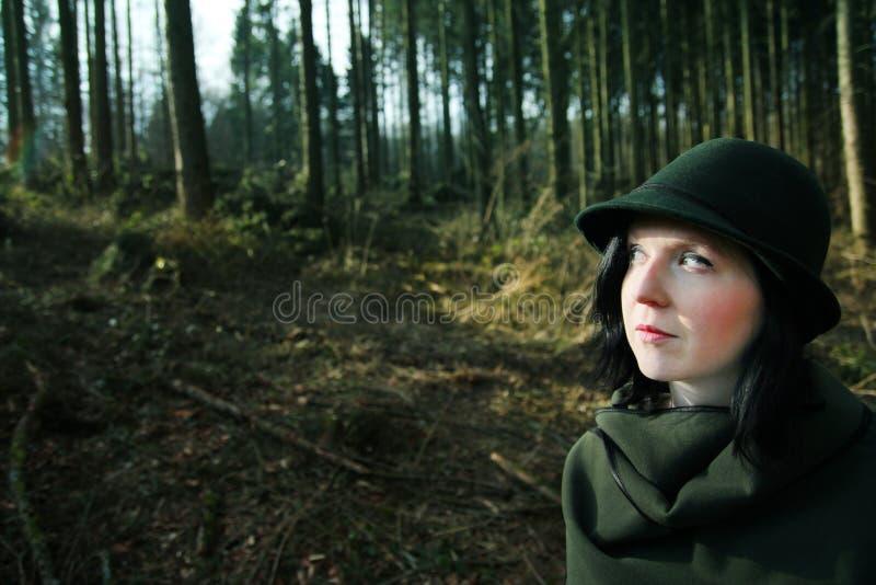 Garde forestière classique explorant la forêt photographie stock libre de droits