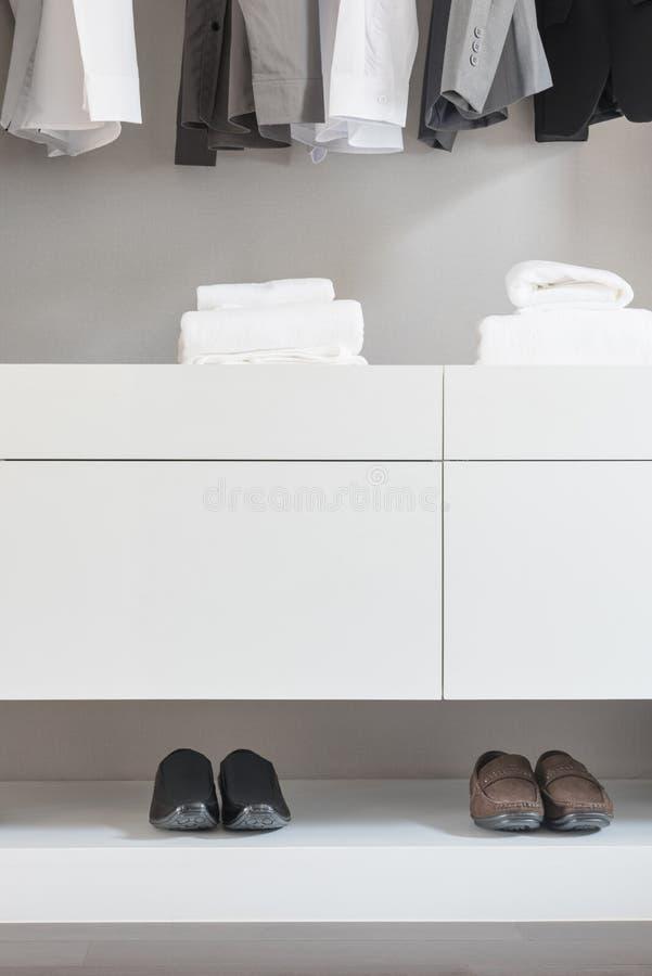 Garde-robe blanche avec les chaussures masculines et femelles photo stock