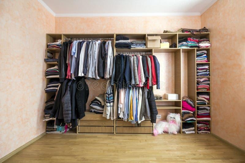 Garde-robe complètement de différents hommes et vêtements de femme photo stock