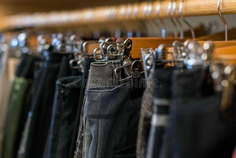 Garde-robe complètement des vêtements : jeans, pantalon image stock