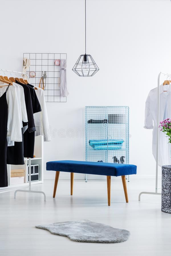 Garde-robe lumineuse avec le tabouret bleu images stock