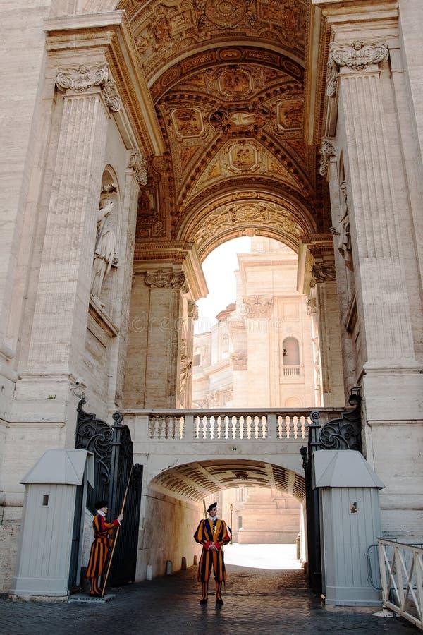 Download Garde suisse à Vatican photographie éditorial. Image du saint - 45354347