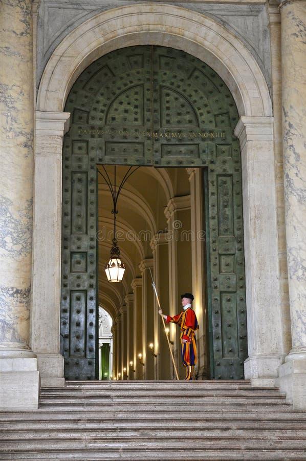 Garde suisse de basilique du ` s de St Peter, Ville du Vatican photographie stock libre de droits