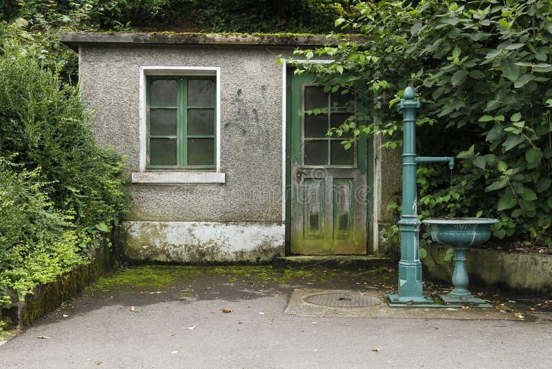 Garden_house_with_green_fountain zdjęcie stock