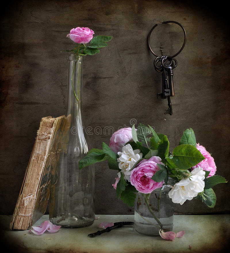 Free Garden Roses And Keys Royalty Free Stock Images - 15220079