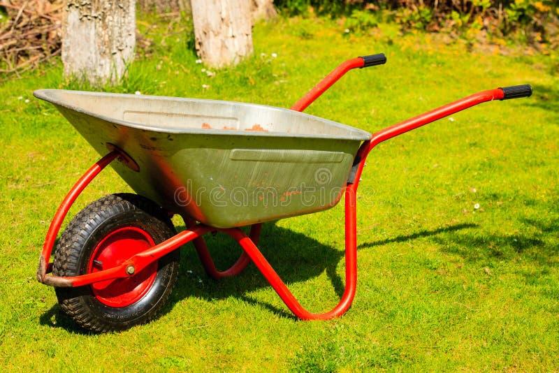 gardening Gartenmetallschubkarre stockfotos
