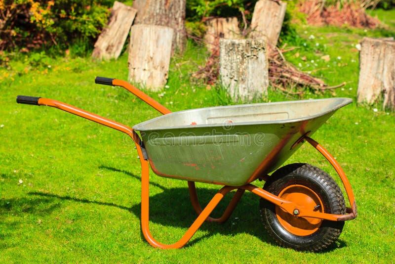 gardening Gartenmetallschubkarre stockfotografie