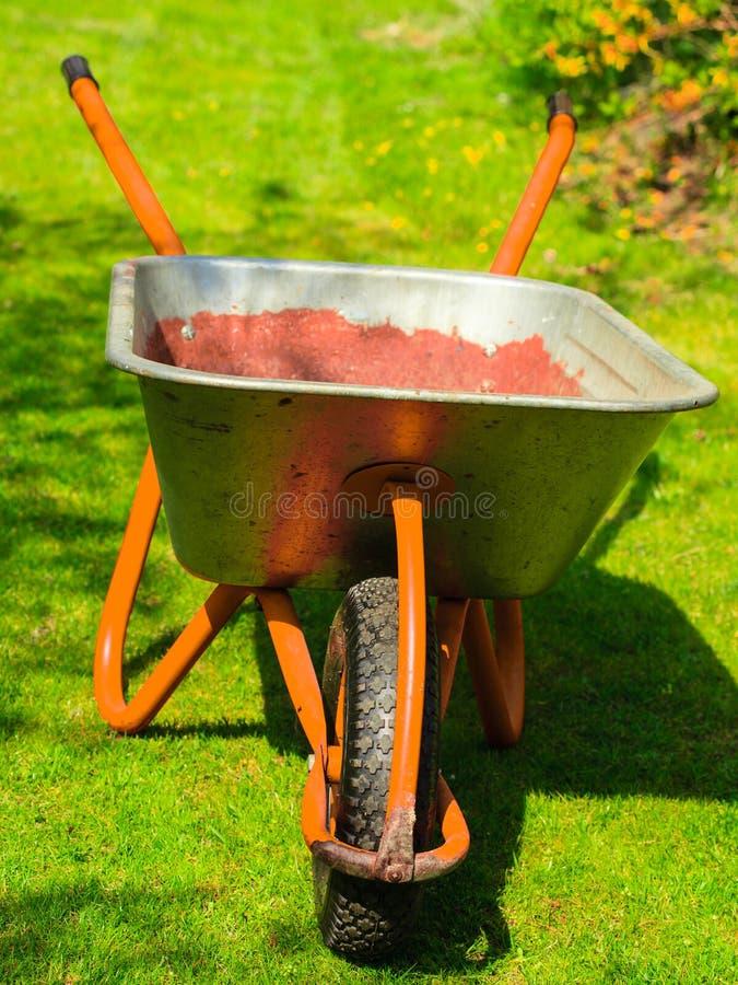 gardening Gartenschubkarre mit Sandboden lizenzfreie stockfotografie
