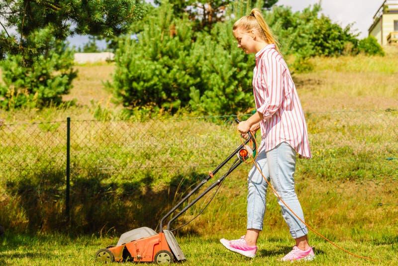 gardening Mähender Rasen mit Rasenmäher stockbilder