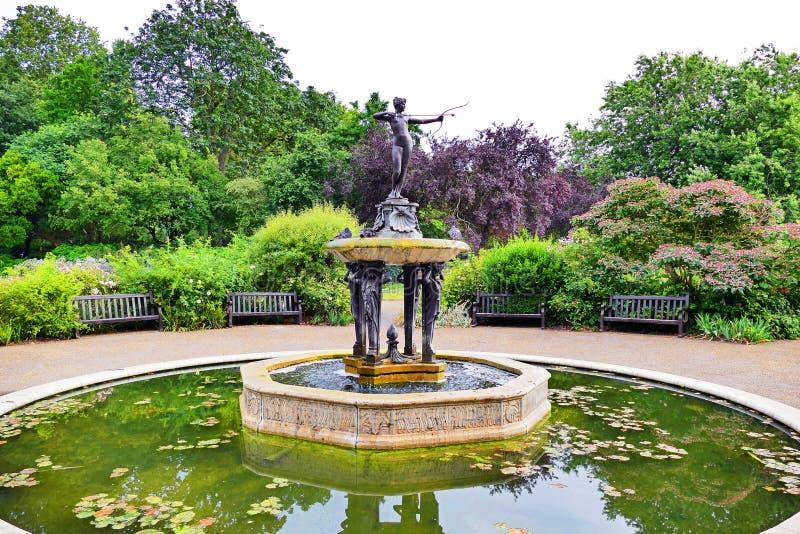 Gardenscape escénico y la fuente de la cazadora en Hyde Park en Londres, Reino Unido fotografía de archivo libre de regalías