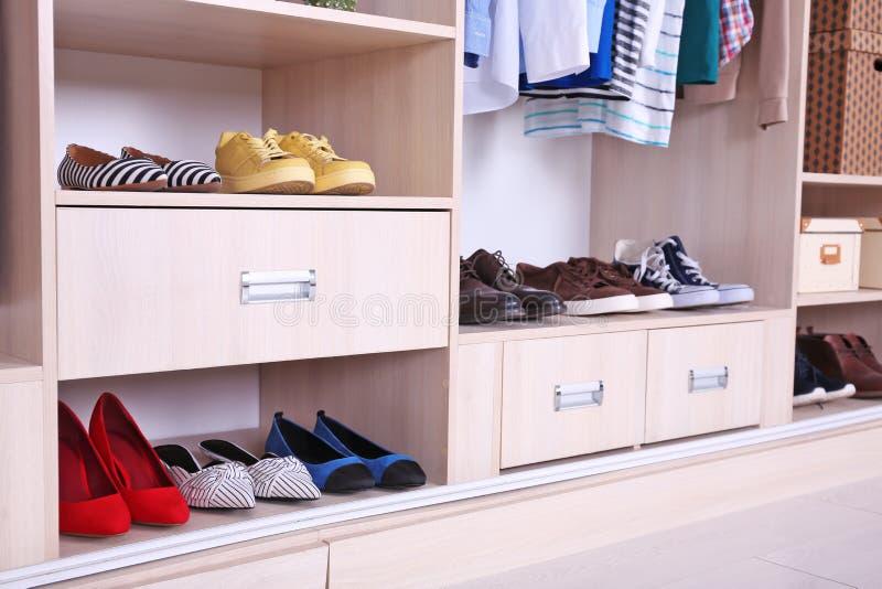 Garderób półki z różnymi butami obrazy royalty free