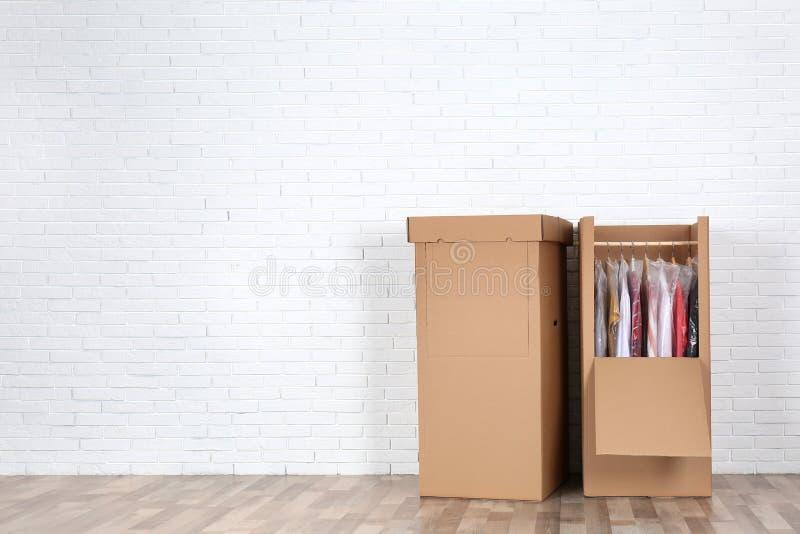 Garderób pudełka z odziewają przeciw ścianie z cegieł indoors obrazy stock