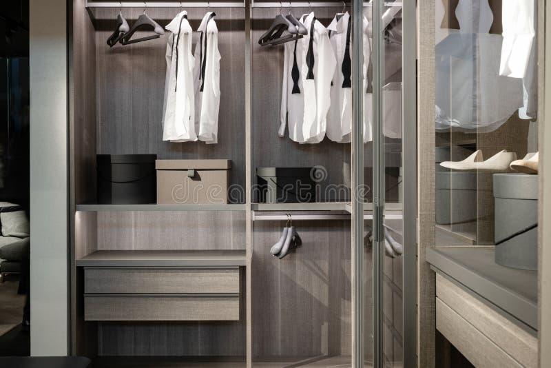 Garderob med olikt material, skor och manlig kläder fotografering för bildbyråer