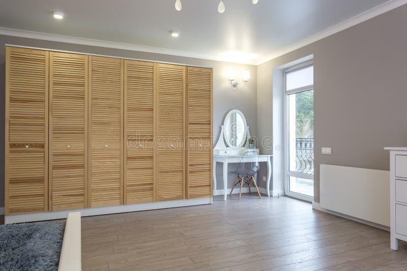 Garderob som göras av tunna träplankor i lägenhetrum Ekologiskt m?blemang arkivbild