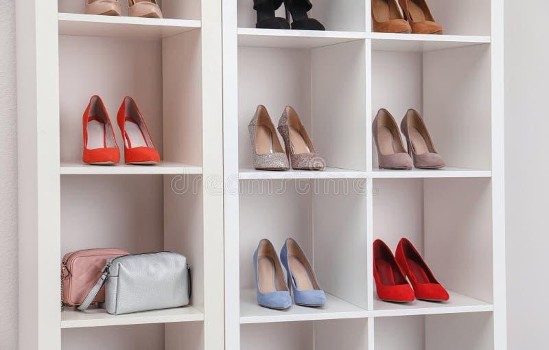 Garderobeplanken met verschillende modieuze schoenen Idee voor binnenlands ontwerp royalty-vrije stock foto's