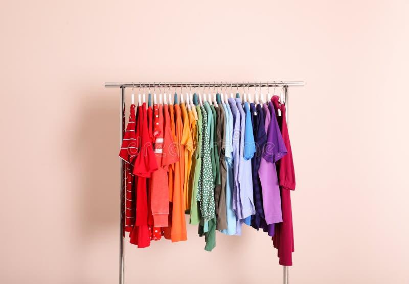 Garderoberek met verschillende heldere kleren stock foto's