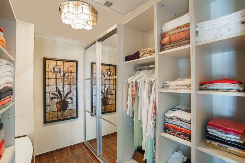 Garderoberuimte in een privé villa stock afbeeldingen