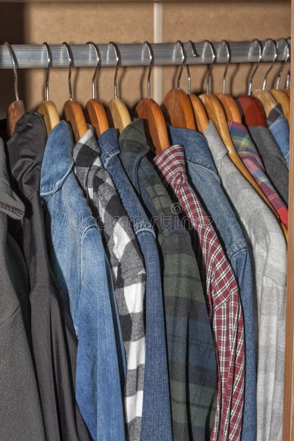 Garderoby szafa pełno odziewa fotografia stock