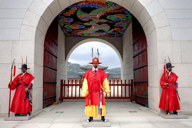 Gardes au palais de Gyeongbokgung photo stock