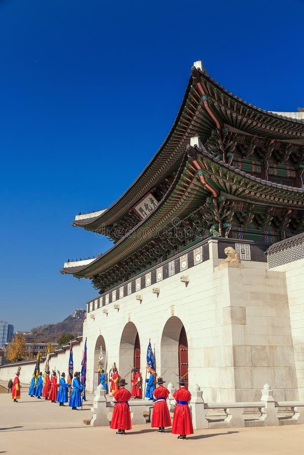 Download Gardes Au Palais De Gyeongbokgung Image stock - Image du marche, robe: 56481759