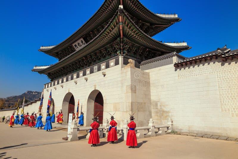 Download Gardes Au Palais De Gyeongbokgung Image stock - Image du cortège, jaune: 56481865