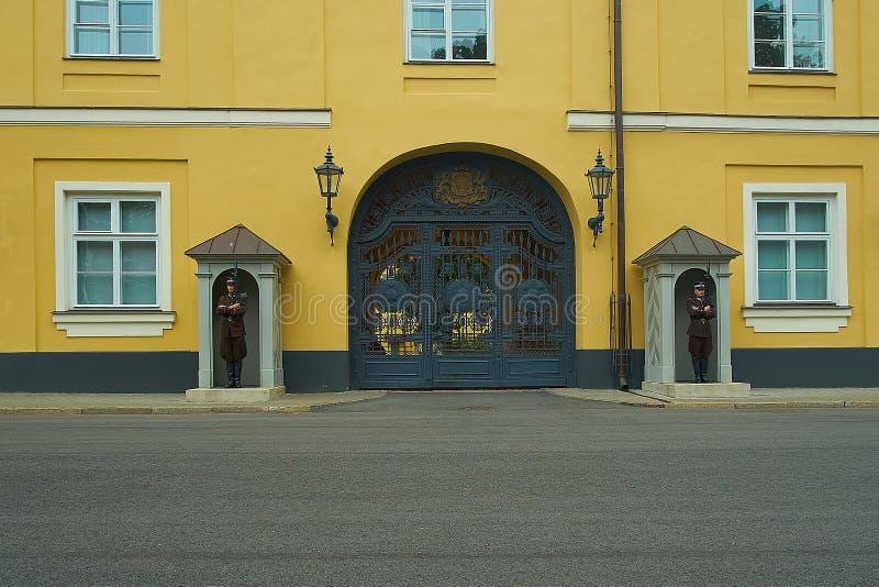 Gardes au palais de Riga, Riga, Lettonie photographie stock