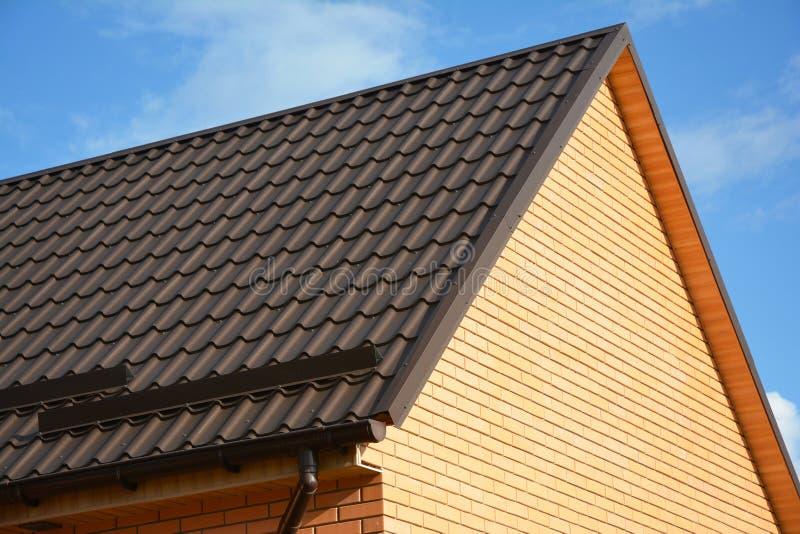Gardes de neige de toit : Matériaux et approvisionnements de construction Les gardes de neige de toit en métal empêchent l'avalan images libres de droits