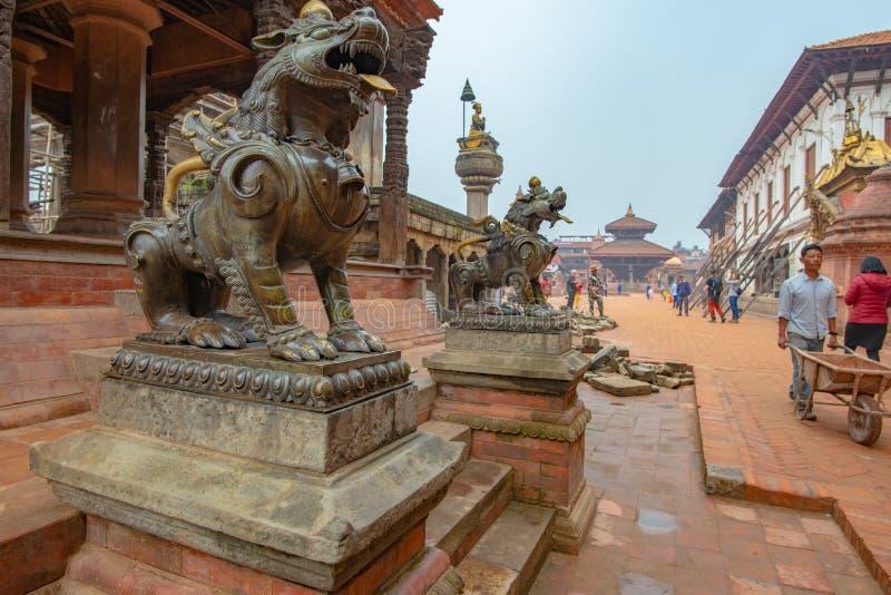 Gardes et visiteurs de lion photographie stock libre de droits