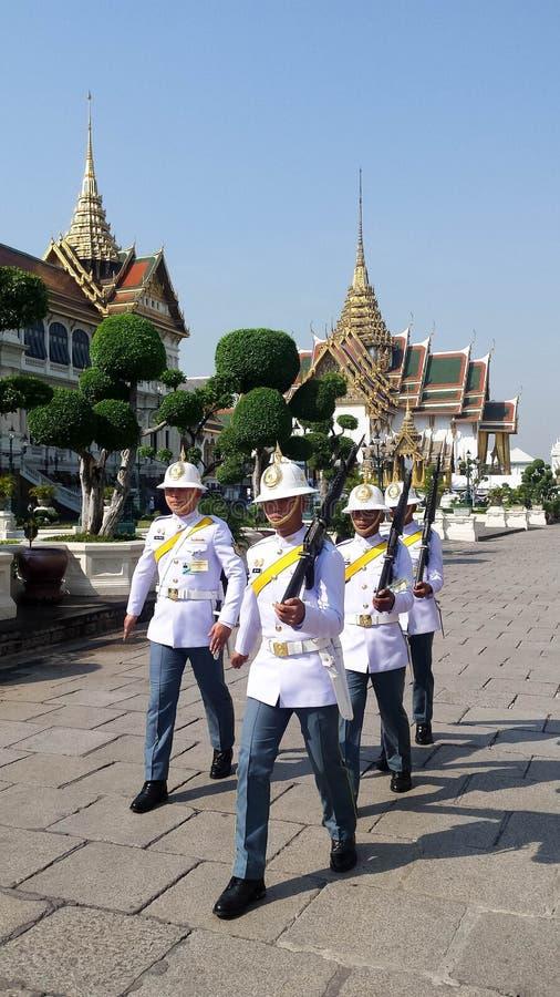 Gardes royales thaïlandaises marchant dans le palais grand royal, Bangkok images libres de droits