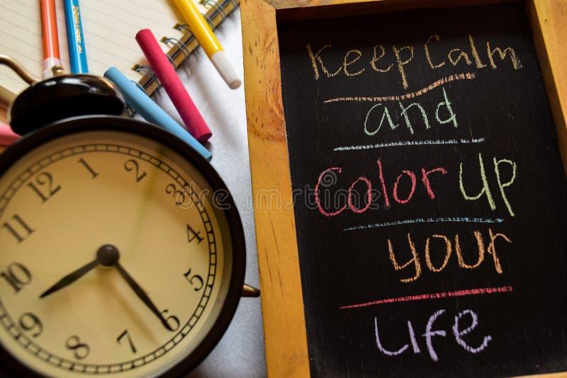 Gardez le calme et le colorez vers le haut de votre vie sur manuscrit coloré d'expression sur le tableau, le réveil avec la motiv photographie stock libre de droits