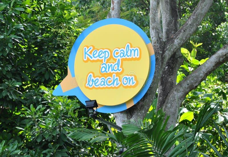 Gardez le calme et la plage sur le signe image stock