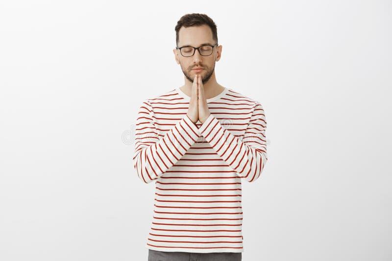 Gardez les sentiments sous le contrôle Portrait de père adulte beau calme focalisé dans les verres élégants et la chemise rayée photos libres de droits