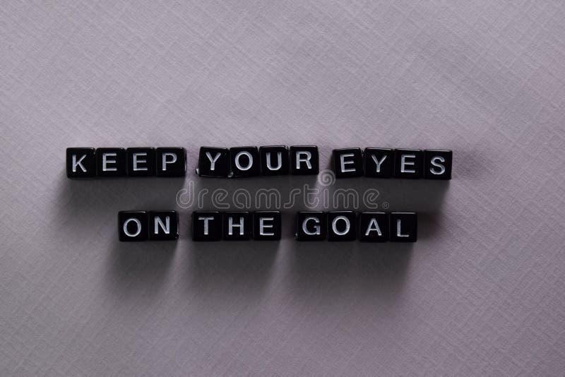 Gardez vos yeux sur le but sur les blocs en bois Concept de motivation et d'inspiration image stock