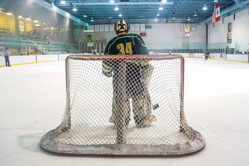 Gardien de but d'hockey attendant une certaine action image libre de droits