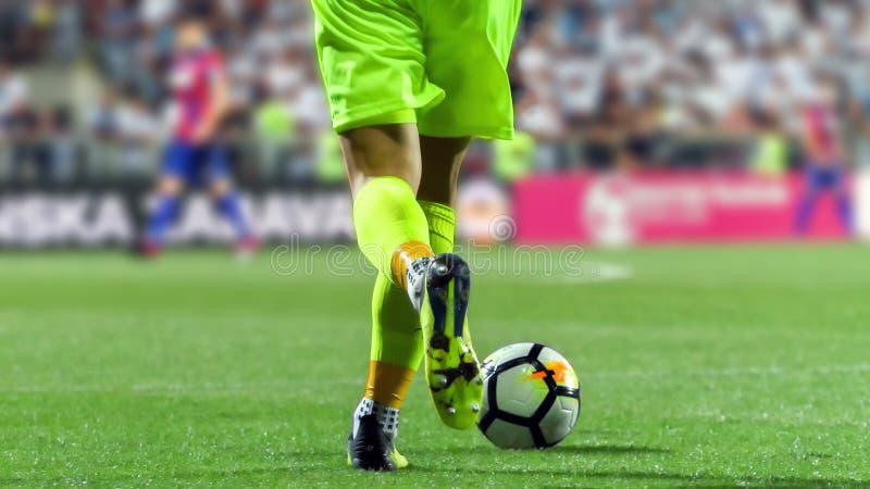 Gardien de but du football avec la boule photographie stock libre de droits