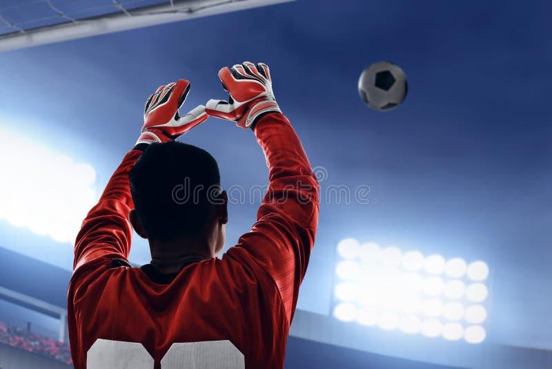 Gardien de but du football prêt à attraper la boule photographie stock