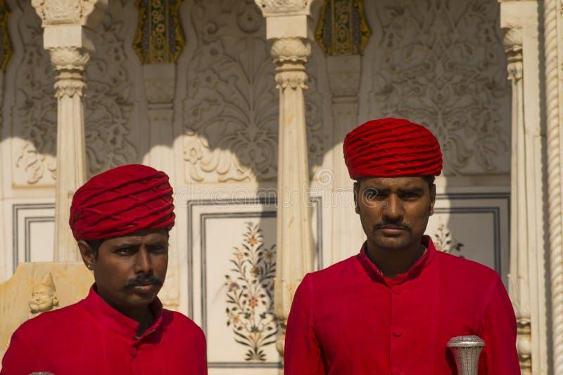 Gardiens au palais de ville de Jaipur s photographie stock libre de droits